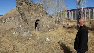Erzurumun 160 yıllık topçu kulesi definecilerin saldırısına uğradı