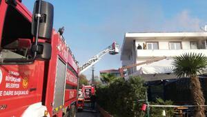 Yangında mahsur kaldıkları evlerinden itfaiye merdiveniyle kurtarıldılar