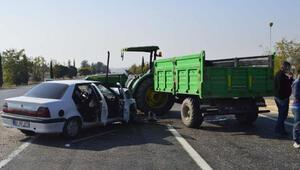 Adıyamanda otomobil ile traktör çarpıştı: 3 yaralı