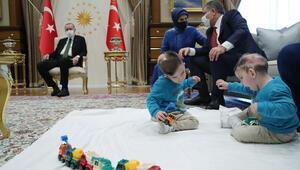 Son dakika… Cumhurbaşkanı Erdoğan'a sürpriz ziyaret Siyam ikizleri…