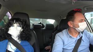 Aracında cansız mankeni görenler şaşkına dönüyor... Düzcede taksiciden ilginç koronavirüs tedbiri