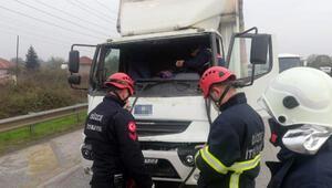 Kırmızı ışıkta iki kamyon çarpıştı: 1 yaralı