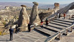 Kapadokyanın simgelerinden Üç Güzeller turist akınına uğruyor