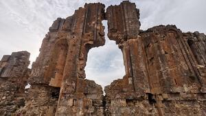 Köylüler, definecilerin talan ettiği kilisenin onarılıp turizme kazandırılmasını istiyor