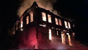 Göynükte 2 katlı ahşap ev yandı