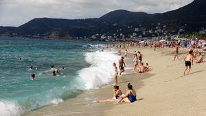 Antalyada turistlerin dev dalgalarda deniz keyfi