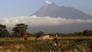 Endonezya'da 1,2 milyon kişi patlama riski olan yanardağ çevresinde yaşıyor