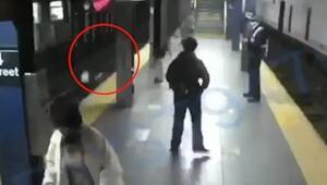ABDde inanılmaz anlar Tren bekleyen yolcu kadını raylara itti