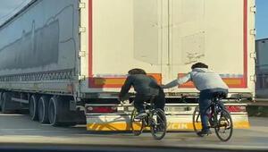 Bisikletli gençlerin tehlikeli yolculuğu kamerada