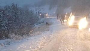 Bingöl'de kar nedeniyle araçlar yolda kaldı
