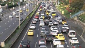 Sokağa çıkma kısıtlaması bitti Ataşehirde D-100de trafik yoğunluğu oluştu