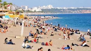 Antalya'da kısıtlama öncesi sahilde yoğunluk