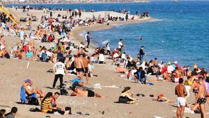 Görüntüler Antalyadan... Kısıtlamanın ardından dünyaca ünlü sahile akın ettiler
