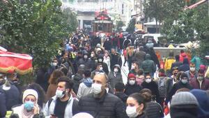 İstiklal Caddesinde yoğunluk Büfe önlerinde kuyruk oluştu...