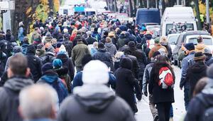 Berlin karıştı: Onlar önlemleri, karşıtlar da onları protesto etti