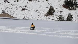 Motosikletle kar keyfi yaptılar... Denizlide kar kalınlığı yaklaşık 20 santimetreye ulaştı