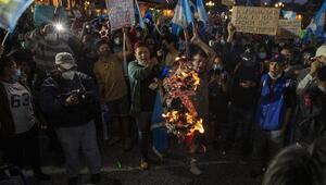 Guatemalada bütçeyi protesto eden göstericiler Kongrede yangın çıkardı