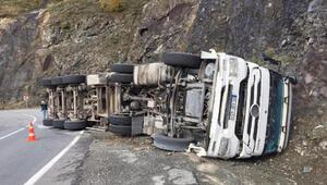 Artvinde kamyon devrildi, kömür çuvalları yola saçıldı