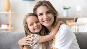 Anne babalar, çocuklarına sevgisini göstermeli