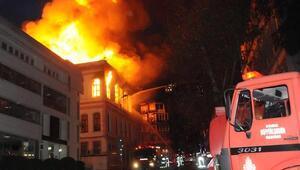 Yangına müdahale eden itfaiyeci 2. kattan düştü