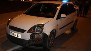 Ambulansa yol vermek isterken otomobil çarptı