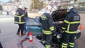 Motoru tutuşan otomobili kül olmaktan itfaiye kurtardı