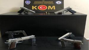 Kuşadasında ruhsatsız silahlarla yakalanan 2 kişiye gözaltı
