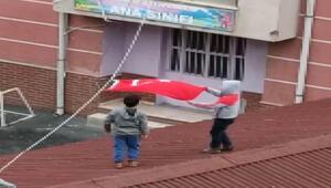 İstanbulda iki küçük çocuğun bayrak sevgisi kamerada