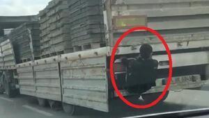 Kamyon kasasına tutunan gencin tehlikeli yolculuğu kamerada