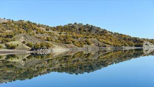 Uzunçayır Baraj Gölünde dağ ve ormanların sudaki yansıması görsel şölen oluşturdu