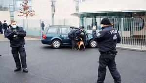Merkelin ofisine saldırı girişimi