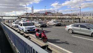 Kağıthanedeki kazada yola savrulan motosikletli yaralandı