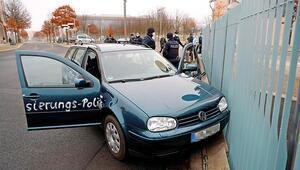Merkel'in ofisine araçla saldırı girişimi