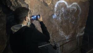 Bursada 3 bin yıllık mağaranın duvarlarını yazı tahtasına çevirdiler