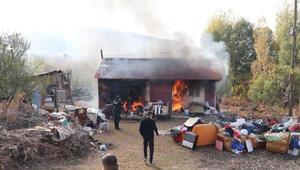 Elazığda tek katlı ev alev alev yandı