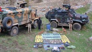 Hakkaride, teröristlere ait 4 sığınakta mühimmat ve silahlar bulundu