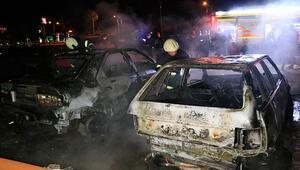 Adanada boş arazideki hurda otomobiller yandı