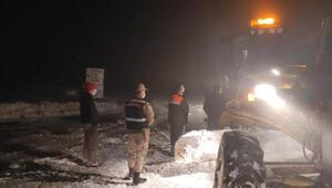 Yaylada kardan mahsur kalan 3 kişi ile hayvanları kurtarıldı