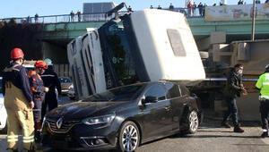 İstanbulda mucize kurtuluş Üzerine kamyon devrildi