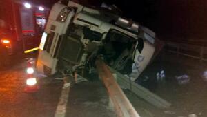 Devrilip bariyerlere çarpan TIRın sürücüsü yaralandı