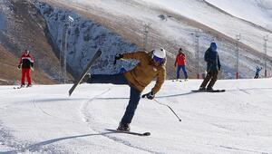 Kış turizmin popüler adresi Palandökende suni karla kayak keyfi