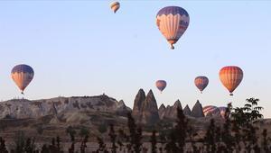 Turistler Kapadokyada sonbaharın renklerini gökyüzünden izliyor