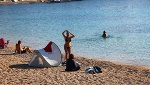 Bodrumda bitmeyen yaz; çadırını, masasını, sandalyesini alan sahile koştu