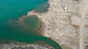 İzmirde baraj suları altında kalan köyün kalıntıları harika görüntüler oluşturdu