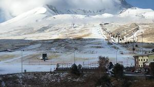 Erciyes Dağı'na sezonun ilk karı yağdı