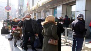 Gaziantep'te çarşılarda, banka ve PTT önlerinde yoğunluk