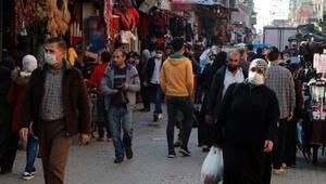 Adanada koronavirüse davetiye çıkaran kalabalık
