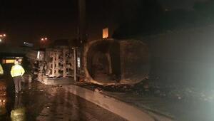 Son dakika... Zeytinburnunda hafriyat yüklü kamyon devrildi, tonlarca toprak yola dağıldı
