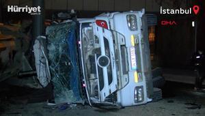Zeytinburnunda hafriyat yüklü kamyon devrildi, tonlarca toprak yola dağıldı