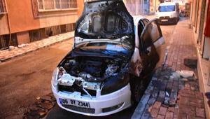 İzmirde kundaklanan otomobil, kullanılmaz hale geldi